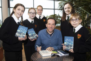 comedy-actor-ben-miller-with-cramlington-learning-village-students